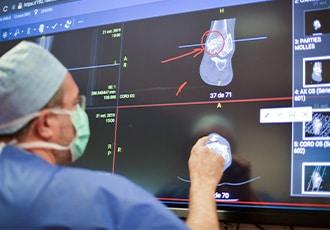 Les chirurgiens du centre SOS Pied Cheville au bloc opératoire
